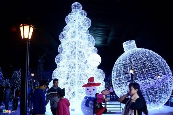 Trung tâm của khu vui chơi được trang trí bằng những quả cầu lớn với bóng đèn nháy.