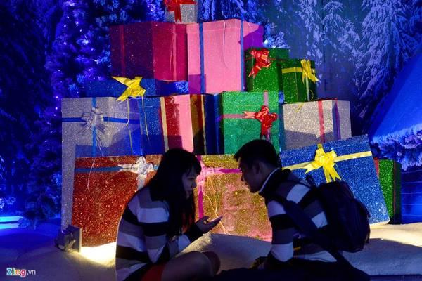 Những chiếc hộp lớn nhiều màu sắc tượng trưng cho quà Giáng sinh.