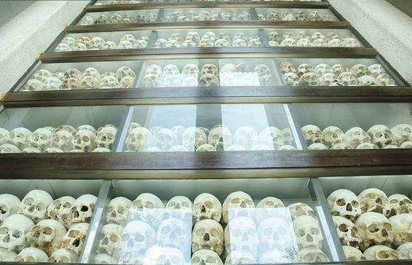 Khoảng 3.000-4.000 chiếc hộp sọ được cất giữ trong tòa tháp, số còn lại vĩnh viễn nằm trong lòng đất.
