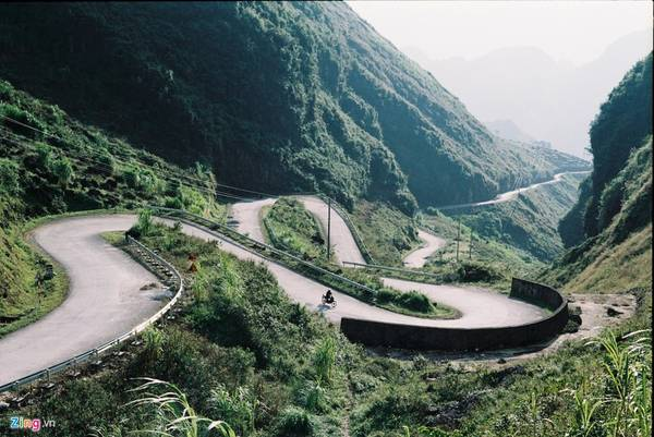 Dạo quanh các địa danh nổi tiếng của Hà Giang vào những ngày này, du khách sẽ được ngắm khung cảnh bình dị, mênh mang nhất trong năm. Trong ảnh là khu vực dốc Thẩm Mã. Tương truyền dốc này dùng để thử sức ngựa. Con nào leo nổi dốc này mới là con mã tốt