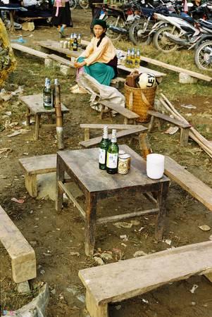 Những bàn bán rượu đang đợi người đến uống. Uống rượu tại chợ tới say mèm là nét đặc trưng của những phiên chợ vùng cao.