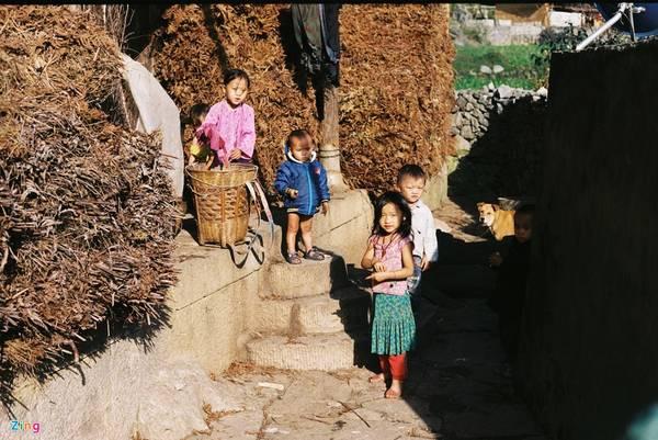 Trẻ em ở đây vẫn còn lạ lẫm với du khách (xã Lao Xa, Đồng Văn).
