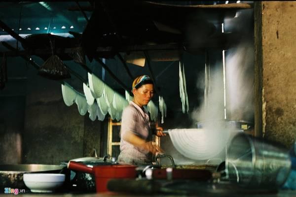 Hà Giang có nét đặc biệt là bánh phở được tráng ngay tại hàng bán, quy trình khép kín từ lúc tráng, thái bánh và nấu phở.