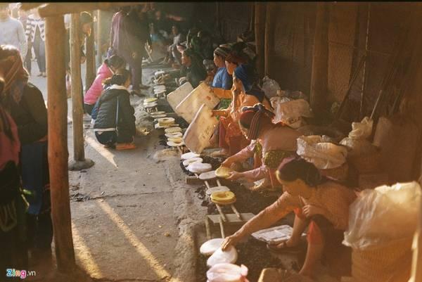 Bánh ngô, bánh tam giác mạch nướng thơm ngon ở chợ Đồng Văn.