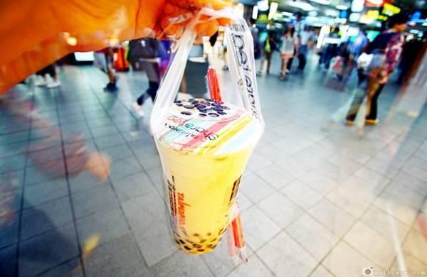 1. Trà sữa trân châu ở Đài Bắc: Thăm chợ đêm là một trong những trải nghiệm ẩm thực không thể bỏ qua khi tới Đài Bắc. Trong đó, Shilin là khu chợ lớn nhất và cổ nhất, với đủ món ăn vặt từ trứng đúc sò tới đậu phụ thối. Ở chợ Gongguan, bạn đừng nên bỏ lỡ cơ hội thưởng thức trà sữa trân châu ngọt ngào đủ vị. Ảnh: Melicacy.