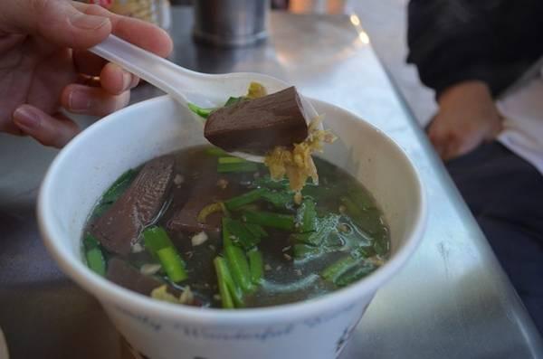 10. Súp tiết lợn ở Đài Đông: Đặc sản Đài Đông này gồm một loại nước dùng đậm đà, tiết lợn cắt miếng vuông, rau thơm, có thể ăn kèm mì. Ảnh: Explorewithjuno.