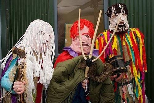 """10. Latvia: Đến với Latvia, du khách sẽ được trải nghiệm cảm giác vô cùng thú vị khi được tham gia lễ hội này ngay trên đường phố. Người dân Latvia có một phong tục kỳ lạ là những diễn viên kịch câm sẽ đeo mặt nạ theo thứ hạng được sắp xếp, thường gặp nhất là: mặt nạ gấu, ngựa, dê, dân gipxi, buồn cười hơn nữa là mặt nạ giả thây ma để đi dạo và diễn """"kịch câm""""."""