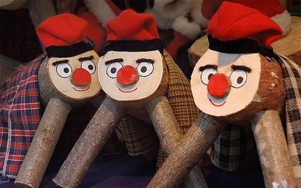 """2. Catalonia, Tây Ban Nha: Trước Giáng sinh, người dân tại Catalonia (Tây Ban Nha) sẽ trang trí một khúc gỗ nhỏ như một nhân vật hoạt hình với chiếc mũ xinh xắn và miệng cười thật tươi. """"Khúc gỗ"""" sinh động này xuất hiện trong mỗi gia đình vào khoảng hai tuần trước lễ Giáng sinh và được chăm sóc một cách đặc biệt với khẩu phần ăn hàng ngày, gồm bánh kẹo và hoa quả. Vào đêm Giáng sinh, các thành viên trong gia đình sẽ dùng chiếc gậy đánh vào nhân vật bằng gỗ này và cùng nhau ngân nga bài hát mừng Giáng sinh truyền thống."""