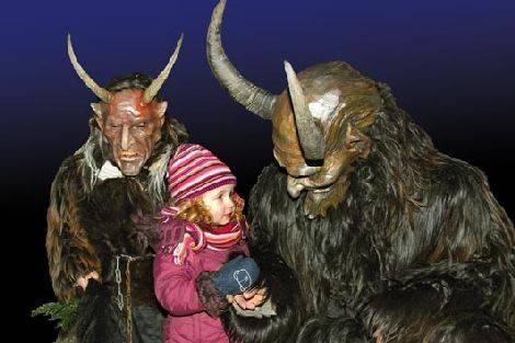 """3. Áo: Lễ Giáng sinh ở các nước khác, những đứa trẻ ngoan sẽ được nhận phần thưởng của ông già Noel, nhưng người Áo lại có cách đón Giáng sinh độc đáo hơn. Những người đàn ông trẻ tuổi sẽ hóa thân thành ác quỷ Krampus cầm gậy và roi để đuổi đánh và trừng phạt những đứa trẻ hư có tên trong danh sách """"đen"""" của ông già Noel. Đây là một phong tục bắt nguồn từ vùng miền núi Alps nước Đức và lan rộng ra khắp Hungary, Bavaria, Slovenia đặc biệt phổ biến ở Áo."""