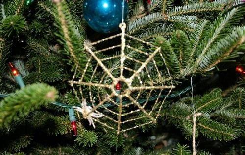 8. Ukraine: Khác với cách trang trí ở các quốc gia khác, người Ukraine thường gắn thêm một con nhện và mạng nhện giả lên cây thông Noel. Người ta tin rằng, tấm mạng nhện xuất hiện vào buổi sáng ngày Giáng sinh sẽ mang lại may mắn.