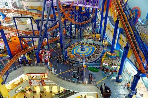 Công viên giải trí Berjaya Times Square là công viên trong nhà lớn nhất Malaysia - nằm trong Trung tâm thương mại Berjaya Times Square ở Kuala Lumpur, với diện tích 12.360 m2 phủ khắp 3 tầng, bao gồm nhiều trò chơi thú vị. Ảnh: Alamy.