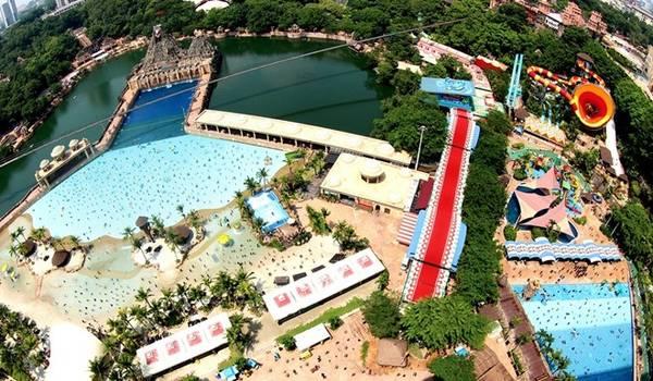 <strong>Sunway Lagoon</strong> cách thủ đô Kuala Lumpur 40 phút đi xe ôtô. Đây là một công viên phức hợp rộng lớn có diện tích trên 360.000 m<sup>2</sup> với hàng chục khu vui chơi hấp dẫn như Extreme Park, Scream Park, Vuvuzela... Ảnh: Therakyatpost.
