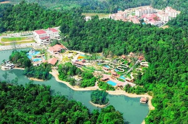 Bukit Gambang ở Pahang. Với diện tích gần 2 km<sup>2</sup>, công viên có nhiều trò chơi và hoạt động hấp dẫn, có bể bơi tạo sóng lớn nhất, và công viên săn bắn rộng nhất Malaysia. Ảnh: Want.
