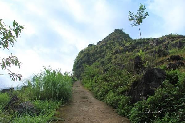 Nhắc đến cao nguyên đá Đồng Văn, người ta nghĩ ngay đến những ngọn núi đầy đá tai mèo sắc nhọn, thửa ruộng bậc thang vàng lúa chín, hay sắc hông hoa tam giác mạch. Ít ai để ý ngọn núi nằm giữa thung lũng, được người dân nơi đây gọi với cái tên Đồn Cao.