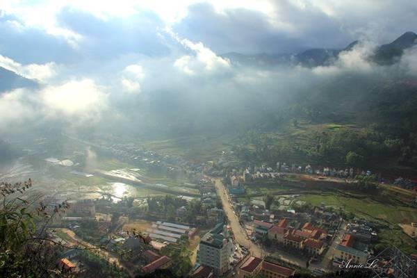 Dưới chân là thung lũng Đồng Văn mờ ảo trong nắng sớm.