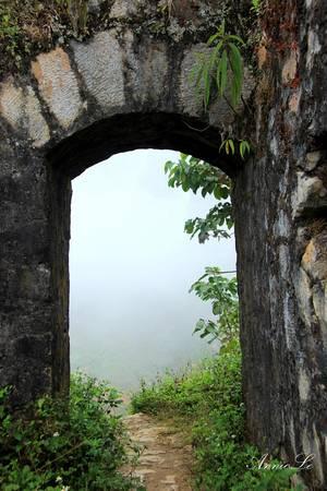 Cánh cổng bước vào Đồn Cao thường được ẩn giấu trong sương mù.