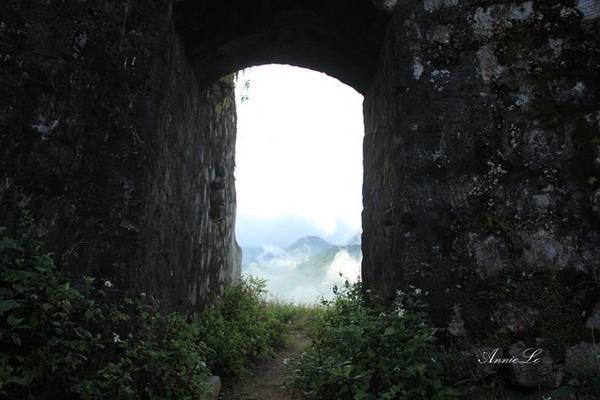 Nhưng chỉ cần sương tan đi, phía bên kia như một thế giới hoàn toàn khác, như cánh cổng dẫn vào chốn thiên đường nơi hạ giới.