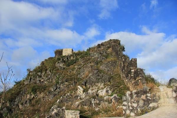 Sở dĩ có tên gọi đó vì trên đỉnh núi, người Pháp từng cho xây dựng một đồn bằng đá, làm chòi canh kiêm lô cốt.