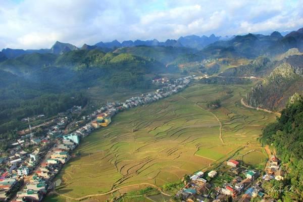 Đồn Cao được xây dựng trên đỉnh núi cao 1.200 m so với mực nước biển. Đứng ở đây có thể bao quát hết toàn cảnh thị trấn Đồng Văn...