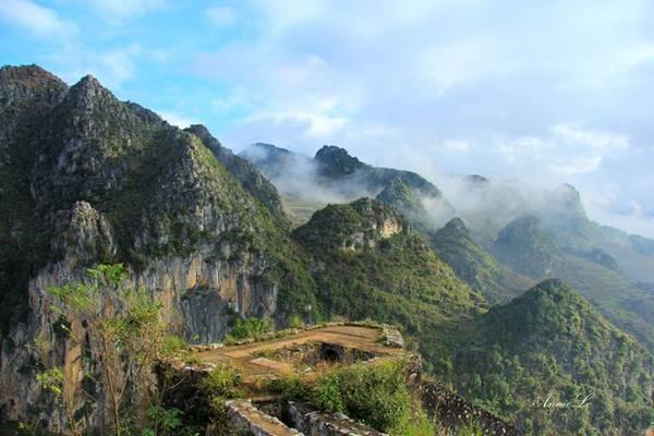 Đứng trên Đồn Cao, ngang tầm mắt là những đỉnh núi nhọn hoắt, như xuyên thủng bầu trời.