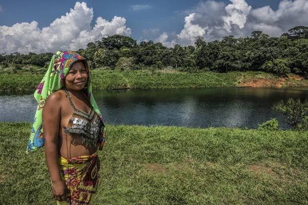 Một người phụ nữ Embera trên bờ sông Chagres Rio. Ảnh: Nori Jemil