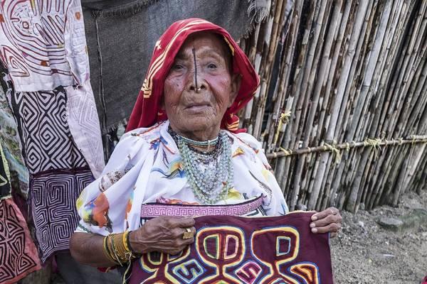 Một người phụ nữ Kuna Yala trên 80 tuổi vẫn miệt mài may Mola – một loại vải thủ công truyền thống của Panama. Ảnh: Nori Jemil