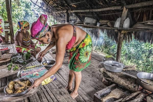 Người dân địa phương chuẩn bị đồ ăn cho khách khi đến thăm cộng đồng Emberá, phía Đông Panama. Ảnh: Nori Jemil