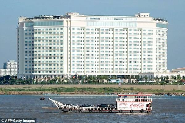 Theo Ngân hàng Thế giới, Phnom Penh chỉ đứng sau Lào ở Đông Nam Á về tốc độ mở rộng không gian đô thị. Kinh tế của thành phố đã tăng trưởng 6,9% trong năm 2015.