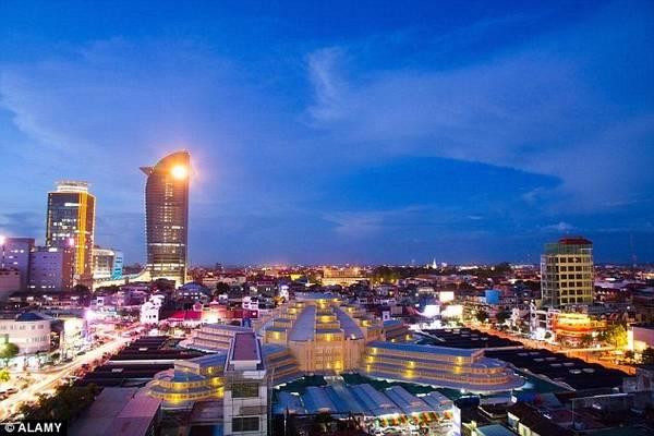 Tòa nhà chọc trời đầu tiên của Campuchia được hoàn thiện vào năm 2014, với thiết kế theo dạng một con rồng và phù hợp với các nguyên tắc phong thủy.