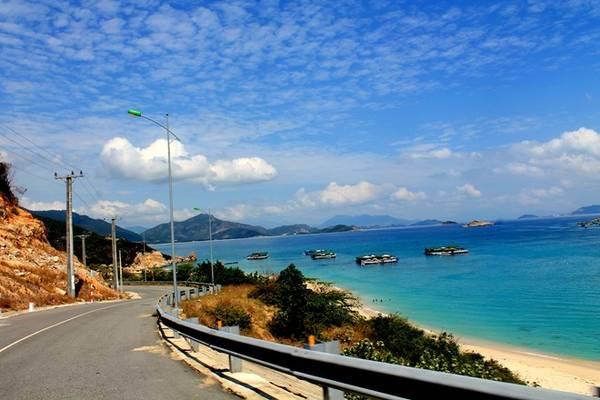 Từ Vĩnh Hy - Bình Hưng, con đường biển uốn lượn thật đẹp và hùng vĩ, một bên là núi rừng, bên kia là biển xanh.