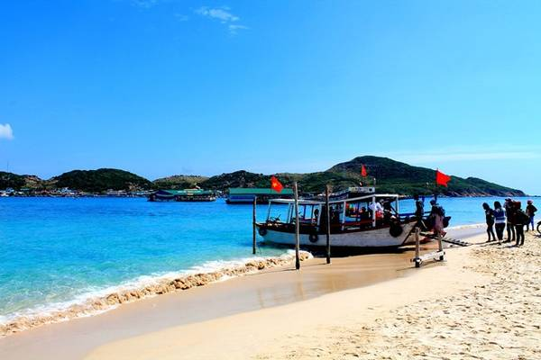 Bãi Kinh trong xanh đẹp ngất ngây bao trái tim của kẻ yêu biển. Nơi đây là điểm dừng chân lý tưởng trước khi có ý định sang đảo Bình Hưng.