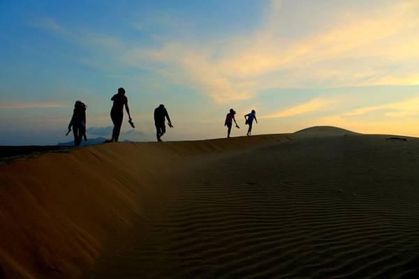 Chạy nhảy hay trượt cát trên sa mạc Nam Cương lộng gió, ngắm hoàng hôn dần buông… quả là điều tuyệt vời.