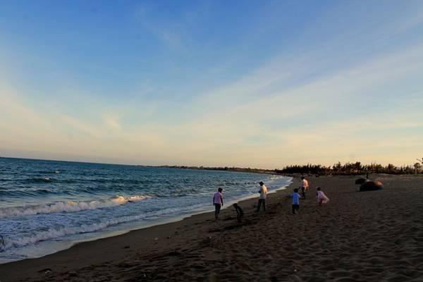 Biển Ninh Chữ nằm cách trung tâm thành phố Phan Rang chừng 5 km cũng là điểm đến tuyệt đẹp trên cung đường biển này. Bạn đừng quên tắm biển và thưởng thức hải sản nơi đây.