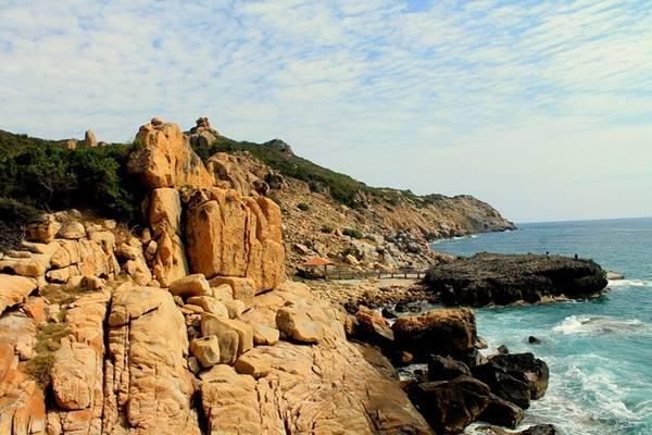 Hang Rái vẫn còn mang trong mình nét đẹp hoang sơ của biển cả, sự hùng vĩ của núi rừng. Hiện nay, đây được xem là nơi chụp ảnh cưới hot nhất ở Ninh Thuận.