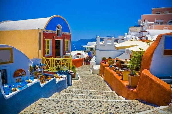 Đến Santorini, bạn chẳngcần lên một lịch trình nào mà chỉ đơn giản là đi dạo khám phá vẻ đẹp của từng ngôi làng, từng con đường nơi đây. Ảnh: thomascook.com