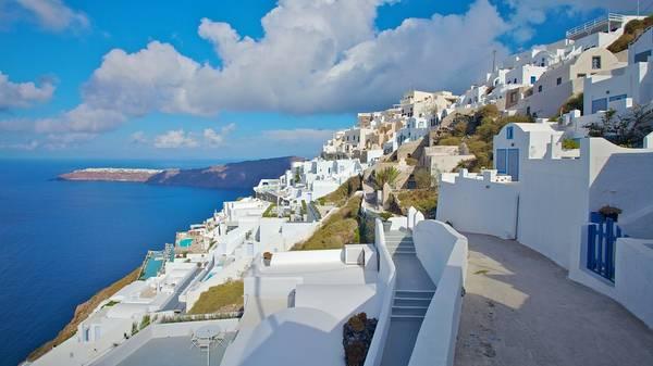Đảo Santorini được xem là viên ngọc lớn nhất của vùng biển Aegean, từ lâu, nơi đây nổi tiếng với những vách đá dựng đứng ôm lấy bờ biển cát đen đặc trưng của bụi núi lửa, cùng với lối kiến trúc độc đáo của hai gam màu trắng và xanh da trời hòa quyện vào nhau. Ảnh: expedia.com