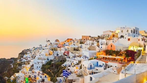 Đặt chân lên hòn đảo xinh đẹp, bạn sẽ thấy các công trình ở Santorini đều đồng nhất kiến trúc mái vòm tiêu biểu và những ô cửa sổ đối xứng. Sự thuần nhất về sắc trắng tinh khôi hòa cùng sắc xanh mát dịu, tạo nên một tổng thể hài hòa và đặc trưng cho hòn đảo. Ảnh: fwallpapers.com