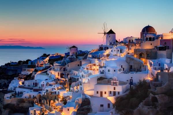 Hoàng hôn trên đảo Santorini được đánh giá là một trong những cảnh tượng huy hoàng nhất thế giới. Được biết, đây là nơi cầu hôn của rất nhiều cặp đôi với khung cảnh lãng mạn dưới ánh hoàng hôn. Ảnh: athensphotonews.com
