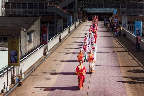 Lễ thiếu nữ rước phấn về cho hoa là một hoạt động độc đáo, lần đầu tiên được tổ chức trong khuôn khổ festival Hoa Đà Lạt, diễn ra chiều 28/12.
