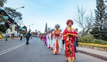 Thieu-nu-ruoc-phan-ve-cho-hoa-tai-festival-Da-Lat-ivivu-2