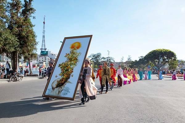 Buổi lễ có sự góp mặt của 600 nghệ nhân nghề thêu các dân tộc Việt Nam và quốc tế như Hàn Quốc, Nhật Bản.