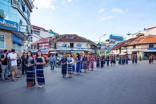 Đoàn rước xuất phát từ Chợ nghệ thuật, đi qua Trung tâm Hòa Bình, đường Lê Đại Hành, kết thúc tại đường Đinh Tiên Hoàng.