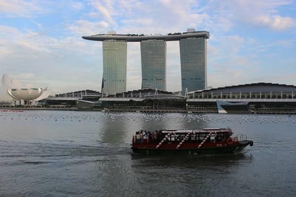 Tòa nhà Marina Bay Sands có thiết kế hình chiếc thuyền nổi bật bên bờ vịnh Marina.