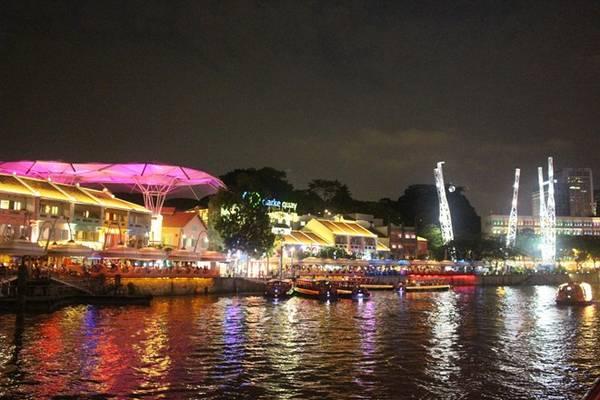 Khu vực cầu cảng Clarke Quay náo nhiệt về đêm.