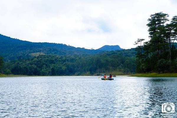 Du khách tự chèo thuyền cao su, vượt hồ Tuyền Lâm lúc sáng sớm.