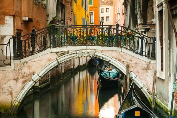 Là thủ phủ vùng Veneto phía bắc Italy, Venice được xây dựng trên hơn 100 hòn đảo lớn nhỏ, trở thành một kỳ quan kiến trúc tuyệt vời.