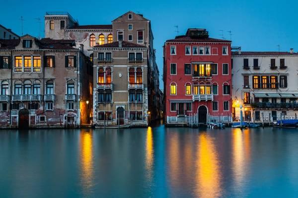 Ánh đèn ấm áp từ các tòa nhà phản chiếu trên kênh lớn tạo không khí lãng mạn, hoàn hảo cho những cặp đôi đi nghỉ tuần trăng mật.