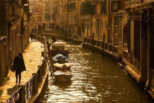 Venice không có đại lộ hay xe hơi. Kênh Grand Canal chảy xuyên qua thành phố, với những ngõ nhỏ tỏa ra khắp nơi.