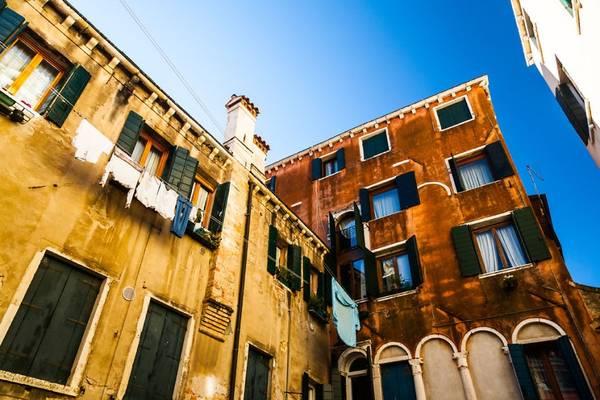 Venice có vẻ xưa cũ thâm trầm, mỗi góc, mỗi tòa nhà đều chất chứa những câu chuyện từ hàng trăm năm trước.
