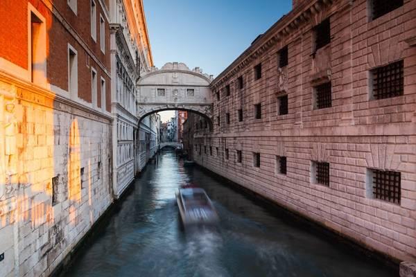 Đi thuyền dọc kênh, du khách sẽ được ngắm nhìn những cây cầu cổ bắc ngang.